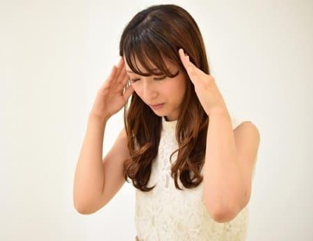 頭痛を我慢する女性