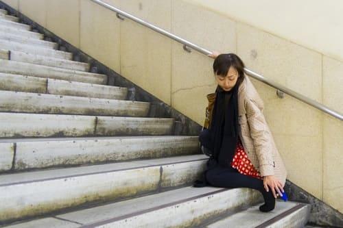 階段で足首を痛めることがあります